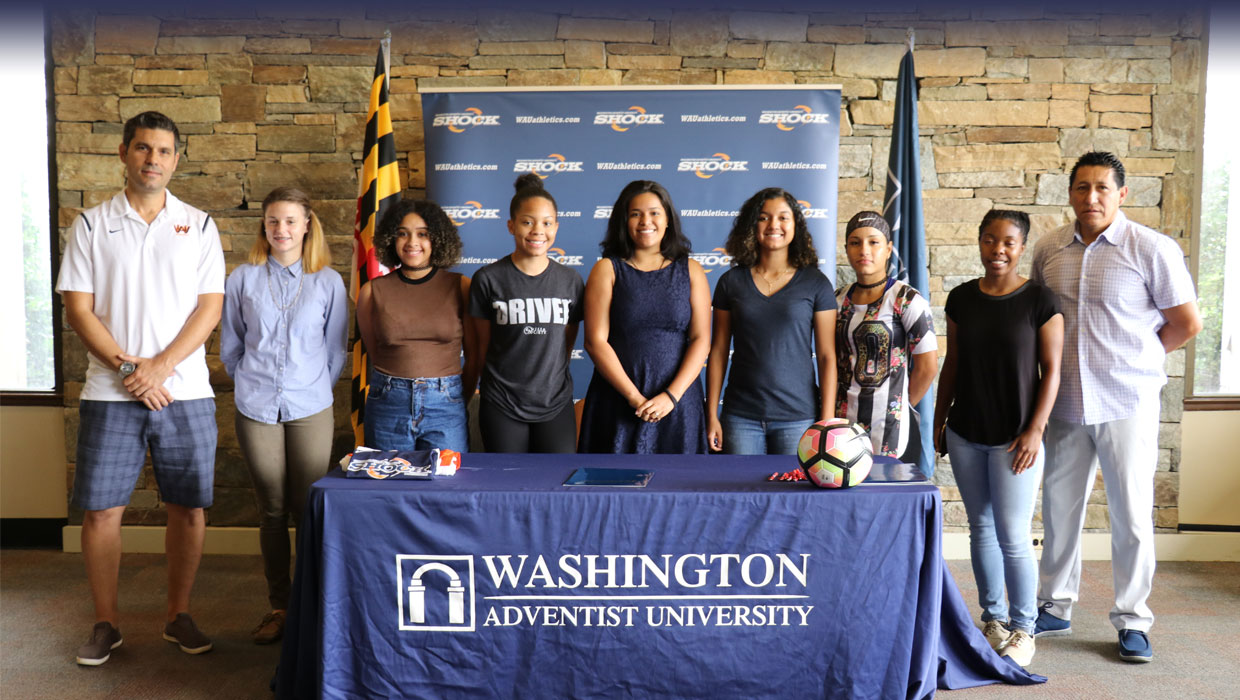 Photo for WOMEN'S SOCCER INKS SEVEN NEW RECRUITS DURING SIGNING DAY